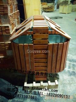 设计师把铁皮垃圾桶与木条