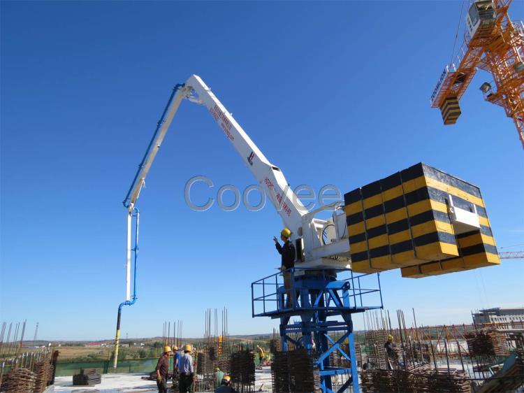 电梯井内爬式液压布料机 内爬式混凝土布料机是用于高层建筑混凝土施工的布料设备。布料机固定在电梯井内,配置自动爬升机构,利用液压油缸顶升,在电梯井内自动爬升,使布料机随着楼层的升高而升高,省时省力,效率高。 混凝土布料机是泵送混凝土的末端设备,其作用是将泵压来的混凝土通过管道送到要浇筑构件的模板内。 混凝土布料机是为了扩大混凝土浇注范围,提高泵送施工机械化水平而开发研制的新产品。是混凝土输送泵的配套设备,与混凝土输送泵连接,扩大了混凝土泵送范围。有效的解决了墙体浇注布料的难题 ,对提高施工效率,减轻劳动强度