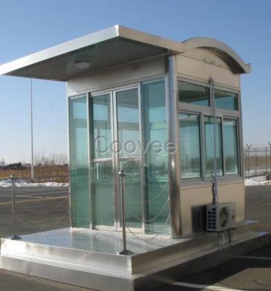结构骨架死角为弧形8mm厚钢化玻璃,平面隔热顶造型,墙板为方钢百叶和