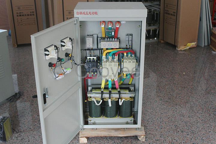 自耦变压器风机减压启动柜 水泵减压启动柜 启动柜厂家 破碎机减压启动柜22kW软启动自耦变压器 JX01自耦减压起动柜 产品用途:XJ01系列自藕减压起动控制箱适用于交流电压380V,频率50HZ,功率11KW-500KW有三相鼠型感应电动机,作为降压起动及停止之用。工作原理用自藕变压器降压法,降低电压、输出大电流来改善当电动机起动机起动时大电流对输电网络的影响,并具有对电动机缺相、过载等保护功能。 一、起动性能 自藕减压启动柜起动电动机时,电源进线的起动电流不超过电动机额定电流的3~4倍,其起动时间为2