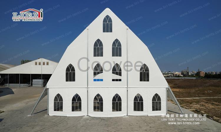 为了搭配教堂造型,墙面透明窗也由普通圆弧顶欧式窗户设计成哥特式