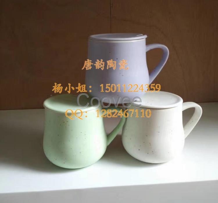 北京唐韵陶瓷制品有限公司瓷器是以瓷土为原料,经过配料、成型、挂釉、干燥、焙烧等工艺制成的器物。瓷器经1300摄氏度以上高温烧成后,胎体致密坚硬,胎釉结合紧密,釉层不易剥落,几乎不吸水。这就使得陶瓷容器得以成为最环保最健康的器皿。加上中国几千年的陶瓷文化底蕴和生产技术传承更新,使得陶瓷产品不仅是在实用性和养生性上有不可替代的优势,更是在产品档次上更能彰显使用者的优雅和高贵。古有云:人无瓷不雅,室无瓷不贵。可见陶瓷产品有史以来在广大人民群众中的地位。 陶瓷定做 陶瓷定制 陶瓷杯定做 陶瓷杯子批发 陶瓷杯定制