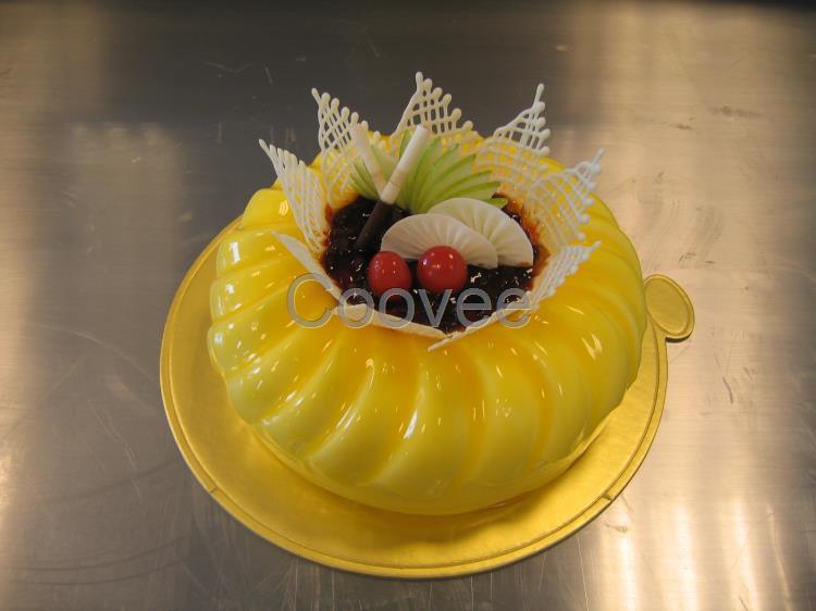 培训生日蛋糕制作过程水果蛋糕制作   7,生日蛋糕整体组合制作:花式